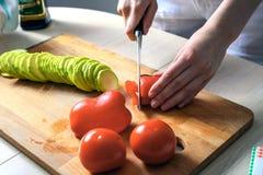 Närbilden av händer för hemmafru` s klippte produkter för att laga mat sund mat begreppet av matlagning, näring, icke-GMO Royaltyfri Foto
