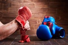 Närbilden av händerna av en ung boxare, som spolar boxning, förbinder och handskar Royaltyfria Bilder