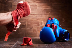Närbilden av händerna av en ung boxare, som spolar boxning, förbinder och handskar Arkivbilder
