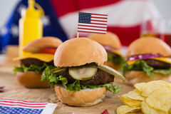 Närbilden av hamburgaren dekorerade med 4th det juli temat Arkivbild