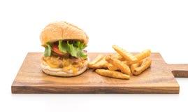 Närbilden av hemmet gjorde den isolerade nya smakliga hamburgaren på vit backg Arkivbild