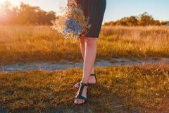 Närbilden av innehavet för den unga kvinnan blommar utomhus Närbild av skor kvinna för vatten för brunnsort för hälsa för huvudde Fotografering för Bildbyråer