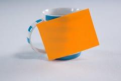 Närbilden av kaffe rånar med den tomma klibbiga anmärkningen Royaltyfri Fotografi