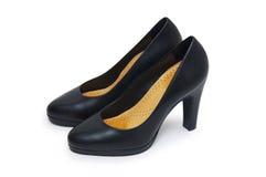 Närbilden av kick-heeled kvinnligt skor över vitbakgrund arkivfoton