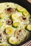 Närbilden av omelett med champinjoner och Bryssel spirar Arkivfoton