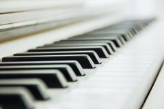 Närbilden av pianotangentbordet centrerade på Ab med överflöd av vitsp Royaltyfria Foton