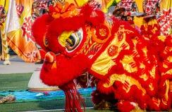 Närbilden av röda Lion Head, lejondans är en form av den traditionella dansen och kapaciteten i kinesisk kultur arkivfoto