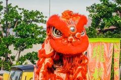 Närbilden av röda Lion Head, lejondans är en form av den traditionella dansen och kapaciteten i kinesisk kultur royaltyfri foto