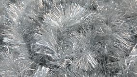Närbilden av rotationen av försilvrar glitter under vindkasten av vinden Jul bakgrund, glitter lager videofilmer