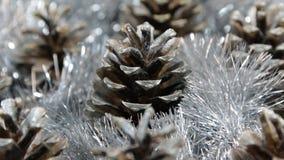 Närbilden av rotationen av glitter- och silversörjer för silver kottar Ljuset reflekteras i glittret lager videofilmer