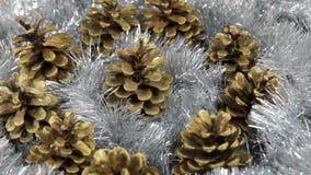 Närbilden av rotationen av silverglitter och guld- sörjer kottar Jul bakgrund, glitter stock video
