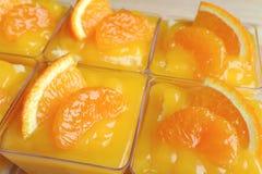 Närbilden av Rowed upp mandarinen bakar ihop i Glass bunkar som överträffas med nya apelsiner Royaltyfria Foton