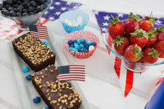 Närbilden av söt mat och jordgubbar dekorerade med 4th det juli temat Fotografering för Bildbyråer