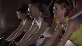Närbilden av sportgruppen av en man och två kvinnor på att öva cyklar stock video