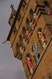 Närbilden av tar tid på står hög av det Cardiff slottet Arkivfoton