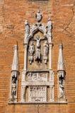 Närbilden av tegelsten gjorde fasaden av en gammal kyrka med skulpturer i marmor På centret av Venedig arkivfoto