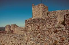 Närbilden av tjockt stenar väggen med tornet på den Marvao slotten fotografering för bildbyråer