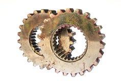 Närbilden av två stålkugghjul anknöt begreppet för förälskelse, familj, teamwork och partnerskap Arkivbild
