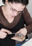 Kvinnligt juvelerarearbete Arkivbild