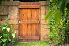 Huset specificerar in: dörr och vägg med gräsplan. Royaltyfria Bilder