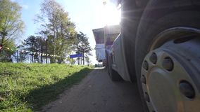 Närbilden för hjulet för lastbiltransportpåfyllningen, lastbil transporterar överdimensionerad last lager videofilmer