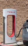 Närbilden för Tesla uppladdningsstation med Tesla fäste royaltyfria foton
