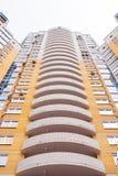 Närbilden figurerade konvexa balkonger av byggnad för modern tegelsten för mång--våningen guling bostads- Royaltyfria Foton