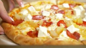 Närbilden fokuserade pizzaskytte, på tabellen, ordnar till för matställe, med traditionella ingredienser, den läckra illustration arkivfilmer