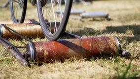 Närbilden hjulen av en gammal motionscykel, cykeln rider i ett ställe med hjälpen av ett specialt själv-gjort fast tillbehör arkivfilmer