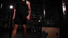 Närbilden kameran flyttar sig bak ämnet En rund cardio genomkörare planlade för en uppsättning av övningar, en man i a stock video
