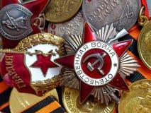 Närbilden orden av den stora patriotiska krig`en för ` mot bakgrunden av stridmedaljer på band för St George ` s heirloom minne royaltyfri foto