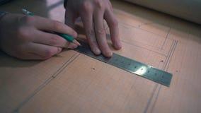 Närbilden pojken gör en Airmodel teckning på millimeter att skyla över brister med blyertspennan och linjalen stock video