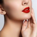 Närbilden sköt av kvinnakanter med glansig röd läppstift Rött kantsmink för glamour, renhethud Retro skönhetstil härlig modell Royaltyfri Fotografi