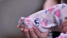 Närbilden som skjutas av att rymma för moder, behandla som ett barn små ben i glidare i vardagsrum arkivfilmer