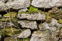 Närbilden texturerade ojämna naturliga stenväggen för bakgrund göras av olika stenar med beståndsdelar av naturligt Royaltyfria Foton