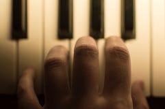 Närbilden tonade det atmosfäriska fotoet av fingrar som spelar pianot tangenter Begrepp: Skapa för musik som komponerar, lyriska  Royaltyfria Bilder