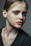 Närbilden vänder mot den osminkade ståenden av den unga kvinnan Royaltyfria Bilder