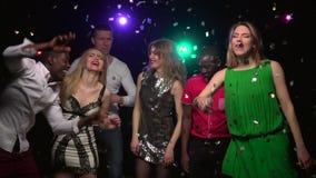 Närbildfolk av olika nationaliteter som dansar på partiet långsam rörelse arkivfilmer