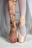 Närbildfoten av den unga ballerina i pointeskor royaltyfri bild