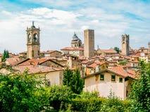 Närbildfoto av 'Cittàen Alta 'av Bergamo, Italien, med det kyrkliga tornet royaltyfri fotografi