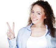 Närbildfoto av den roliga unga kvinnan som visar reko gest som ser kameran royaltyfri bild