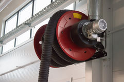 Närbildfoto av enheten för vetillation för bildunstavgasrör i bilservicestationen Arkivfoton