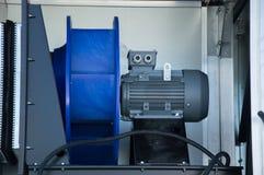 Närbildfoto av motorn för elektrisk fan som förläggas i luften som behandlar enheten Arkivfoto