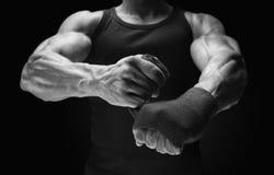 Närbildfoto av sjalhänder för stark man på svart bakgrundsman arkivbild