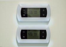 Närbildfotografi av de två vita kontrollborden av inomhus ventilationsenheter Arkivfoton