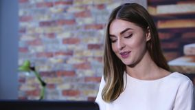 Närbildframsida av affärskvinnan i regeringsställning med bärbar datordatoren stock video