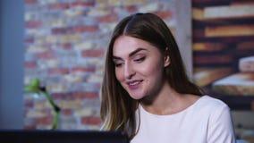 Närbildframsida av den förvånade affärskvinnan i regeringsställning med bärbar datordatoren lager videofilmer