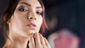 Närbildframsida av den härliga latinamerikanska unga kvinnan med perfekt hud- och aftonmakeup stock video