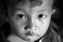 Närbildframsida av den kambodjanska pojken svart white royaltyfria foton