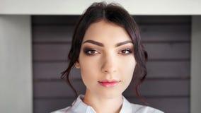 Närbildframsida av den säkra Caucasian stilfulla kvinnan med perfekt makeup som ser kameran stock video
